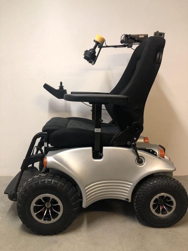 Biały wózek inwalidzki